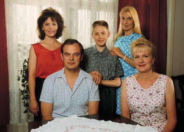 Raikkaan perhe sarjan alkuaikoina. Kahdessa ensimmäisessä jaksossa nuorimmaisen lapsen Heikin (keskellä) roolissa nähtiin Perttu Pesän sijaan Tuomas Petelius.