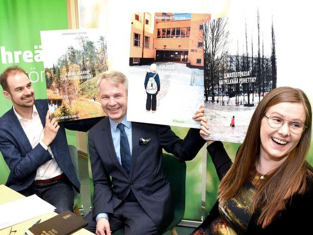 Vihreiden puoluesihteeri Lasse Miettinen, puheenjohtaja Pekka Haavisto ja kampanjapäällikkö Kirsi Syväri esittelivät puolueen vaalimainoksia.