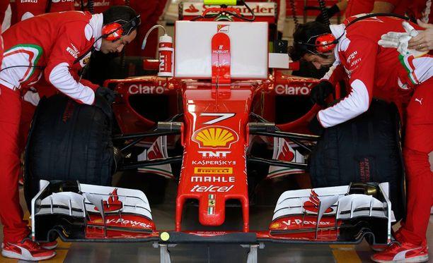 Ferrari-mekaanikot joutuvat ylitöihin Kimi Räikkösen auton kanssa.