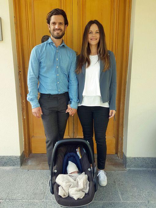 Tässä on ensimmäinen otos vastasyntyneestä lähdössä vanhempineen kotiin sairaalasta.
