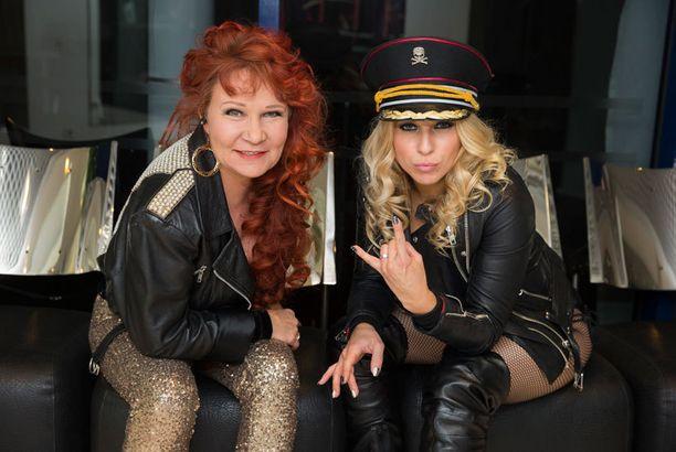 Virve Rosti ja Krista Siegfrids vetivät kappaleen kenraalin kahdestaan, sillä Laura Voutilainen kiirehtii Aleksanterin teatterista suoraan lähetykseen. Kristalla oli asunaan verkkosukkahousut ja uimapuku sekä nahkatakki.