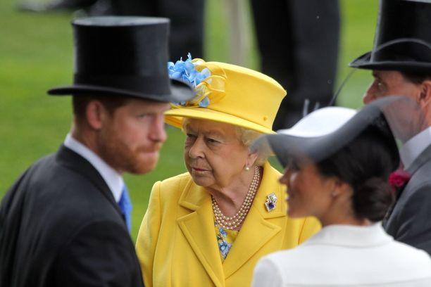 Kuningatar ja Harry kävivät tiivistä keskustelua ennen Harryn ja Meghanin häitä.