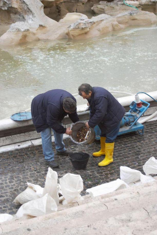 Fontana di Trevin suihkulähdettä pitää nykyään siivota päivittäin. Sieltä kerätyillä kolikoilla ostetaan muun muassa ruokaa asunnottomille.