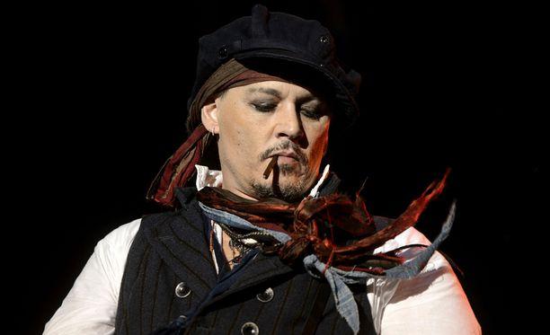 Johnny Depp on paennut erokohua muun muassa kiertämällä Hollywood Vampires -yhtyeen kanssa.