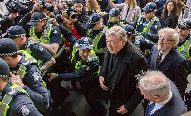 Vatikaanin talouspäällikkö, kardinaali George Pelliä syytetään useiden lasten seksuaalisesta hyväksikäytöstä.