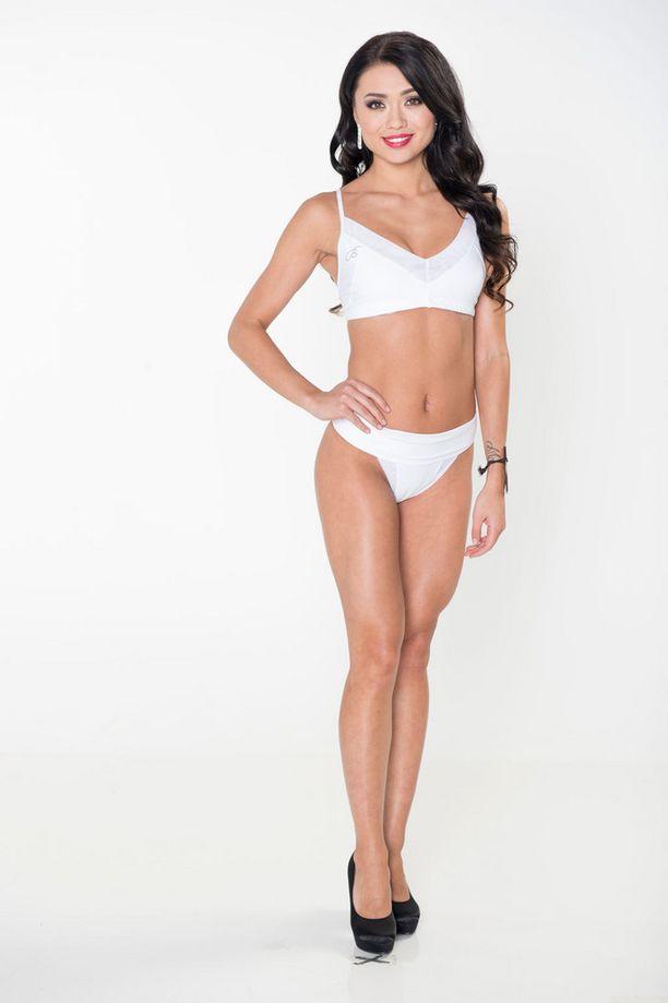 Ensimmäisissä bikinikuvauksissa Shirly poseerasi valkoisissa bikineissä.