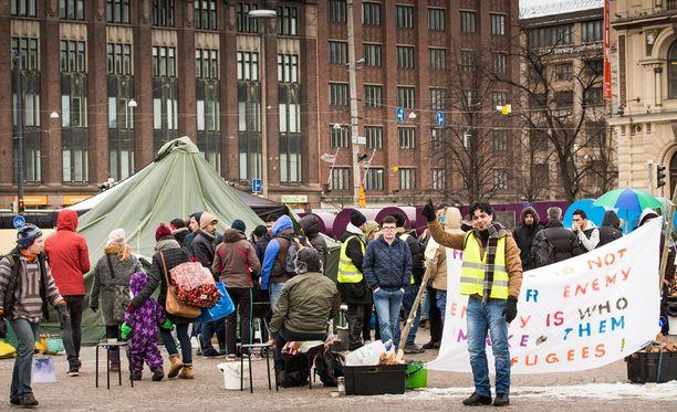 Turvapaikanhakijat ovat tänä vuonna osoittaneet Helsingin keskustassa mieltään kielteisiä turvapaikkapäätöksiä vastaan. Työ- ja elinkeinoministeriön mukaan kuntapaikoista ei tänä vuonna ole enää yhtä lailla pulaa kuin viime vuonna.