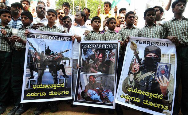 Pakistanin eilinen kouluisku on tuomittu laajalti. Esimerkiksi Intiassa nuoriso osoittaa mieltään terroristeja vastaan.