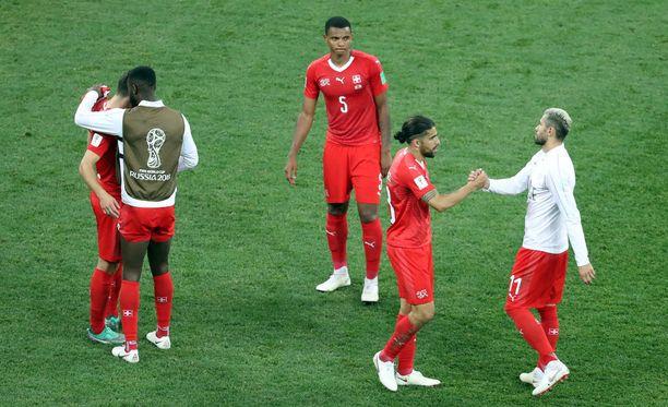 Sveitsi jatkaa 16 parhaan joukkoon lohkokakkosena.