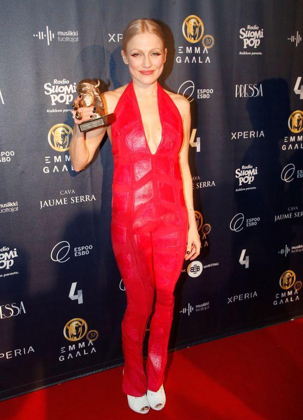 Kriitikoiden valinta -Emman voittaneella Chisulla oli päällään punainen jumpsuit.