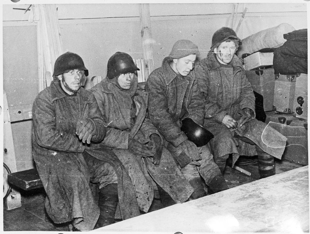 Talvisodassa otettuja venäläisiä sotavankeja päiväämättömässä kuvassa.