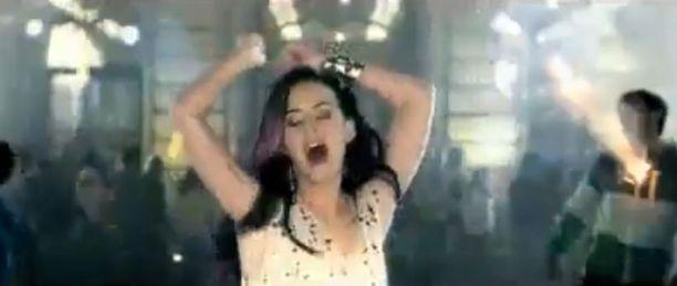 Katyn uusin musiikkivideo on Fireworks-biisistä.