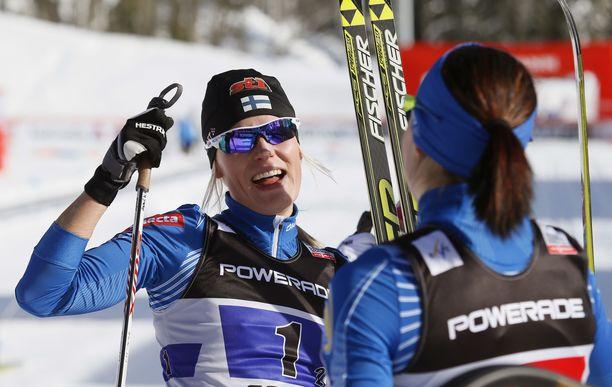 Anne Kyllönen ja Mona-Liisa Nousiainen (tuolloin nimellä Malvalehto) tuulettivat voittoa yhdessä vuonna 2013.