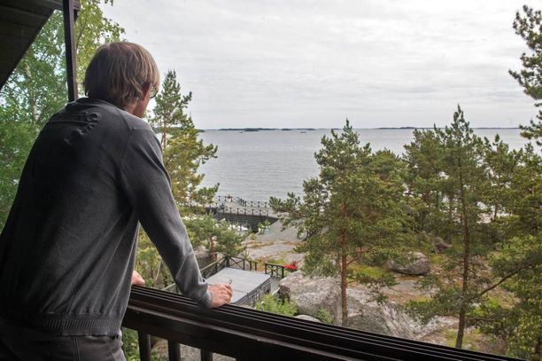 Topilla on kaksi kesähuvilaa, joista toinen, vanhempi pyöröhirsihuvila sijaitsee Kustavissa. Huvilan porealtaasta avautuu näkymä merelle.