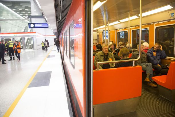 Kolme lasta jäi laiturille ja koko muu päiväkotiryhmä ohjaajineen metron sisään. Kuva ei liity tapaukseen.