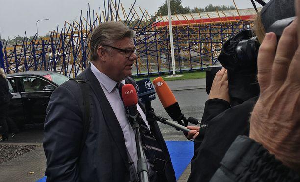 Ulkoministeri Timo Soini antoi tihkusateessa kommentteja kansainväliselle medialle Turkista. Soini sanoi kannattavansa dialogin jatkamista Turkin kanssa.