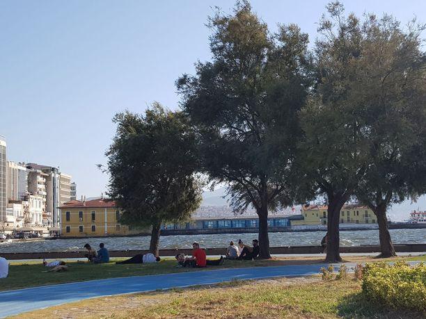 Aivan poliisilaitoksen vieressä sijaitsee puisto, josta ihmissalakuljettajat poimivat mukaansa matkalle lähteviä perheitä. Perheet kokoontuvat puistoon niin sanotusti piknikille ja ihmissalakuljettajat kulkevat kyselemässä, kuka on halukas lähtemään matkalle.