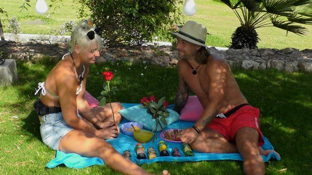 Jenni ja Juho kokivat romanttisia hetkiä Love Island Suomi -reissussa.