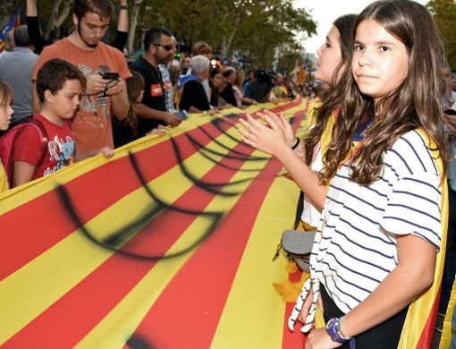 Mielenosoittajat kantoivat satojen metrien pituista Katalonian lippua.