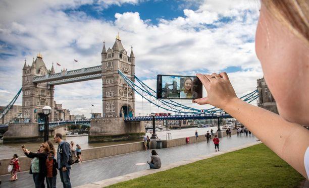 Uutuuspuhelimessa on kolme kameraa: kaksi puhelimen takana ja yksi edessä. Etu- ja takakameroiden taltioimat kuvat ja videot näkyvät yhtä aikaa puhelimen kahteen osaan jaetulla näytöllä.