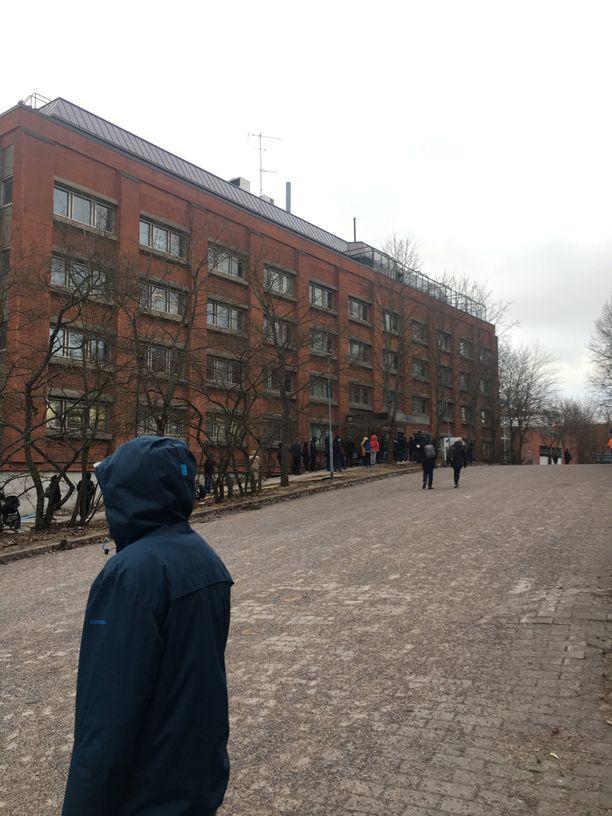 Tältä näytti tänään viraston asiointipisteen edessä Helsingin Malmilla.