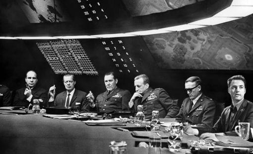 Elokuvassa Tohtori Outolempi kenraalit olivat presidenttiä innokkaampia pommittamaan silloista Neuvostoliittoa ydinpommeilla.