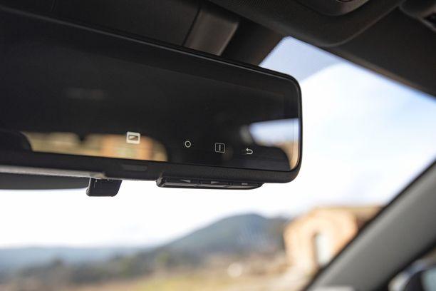 Digitaalinen taustapeili, jota voi zoomata ja jossa takana olevan kameran kuvakulmaa voi muutella.