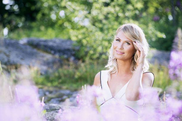 Heidi Suomi joutui vaaralliseen tilanteeseen Hämeenlinnan moottoritiellä. Hän kertoi järkyttyneenä tilanteesta Radio Novan lähetyksessä.