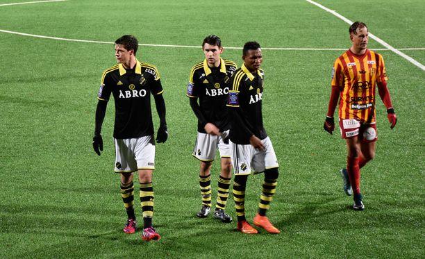 Sauli Väisänen (vas.) käynnisti AIK:n vuoden viimeisen hyökkäyksen.