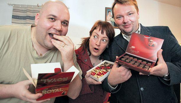 Oulun Suklaayhdistyksen Jarkko Karhunen, Mari Juola ja Mika Juola testasivat 12 erilaista ystävänpäiväsuklaata.