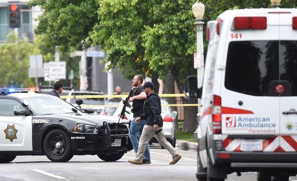 Poliiseja ampumispaikalla Fresnossa.