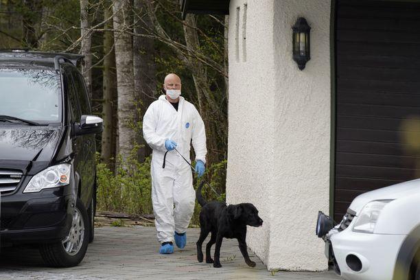 Poliisikoira nuuhki Hagenien kotitaloa, jotta löytäisi todistusaineistoa murhaoikeudenkäyntiin.