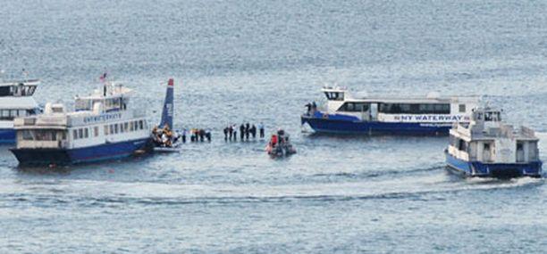 Matkustajat odottivat apua seisten pelastusliiveissä koneen siipien päällä.