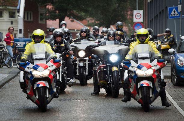 Länsi-Euroopassa on pelätty Satudarahin ja muiden liivijengien väkivaltaisia yhteenottoja. Poliisit johtivatkin kuvan ystävyysajoa Amsterdamissa.