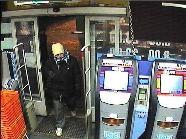 Epäillyt ryöstäjät olivat peittäneet kasvonsa huiveilla.
