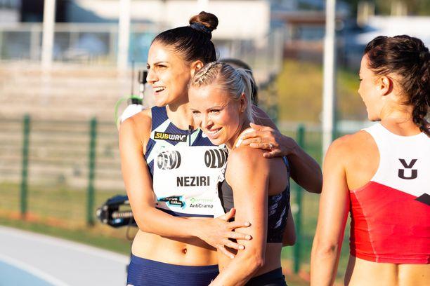 Nooralotta Neziri (vasemmalla) ja Annimari Korte halasivat juoksun jälkeen.