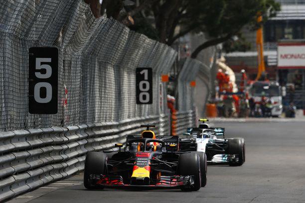 Daniel Ricciardo oli toisissa harjoituksissa yli puoli sekuntia nopeampi kuin Ferrarit ja Mercedekset. Aikojen voi odottaa parantuvan vielä selvästi, sillä olosuhde muuttuu viikonlopun mittaan sitä paremmaksi mitä enemmän kierroksia radalla on ajettu.