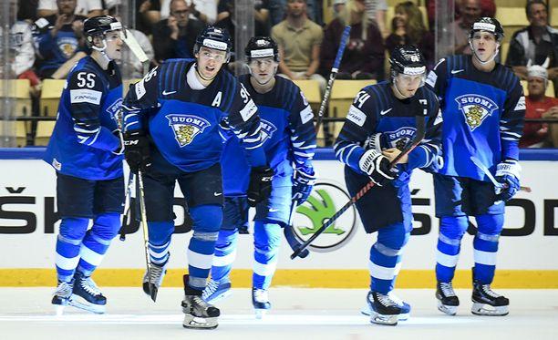 Suomi juhli 6-2-voittoa USA:ta vastaan.