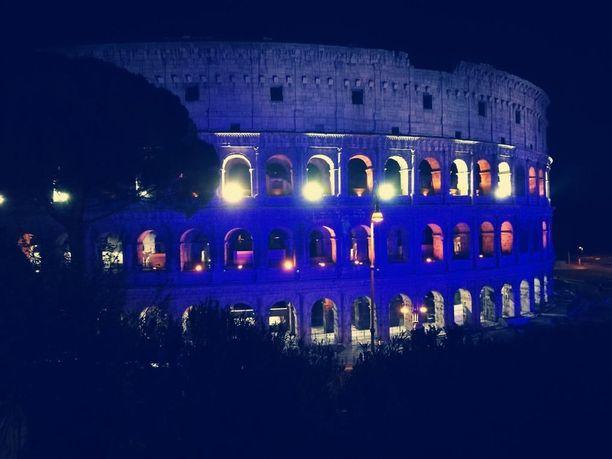 Colosseum valaistiin Suomen väreillä.