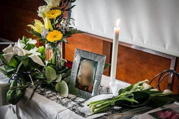 Perheen lapset, 21-vuotias tyttö ja 20-vuotias poika, järjestivät äidilleen hautajaiset huhtikuussa.