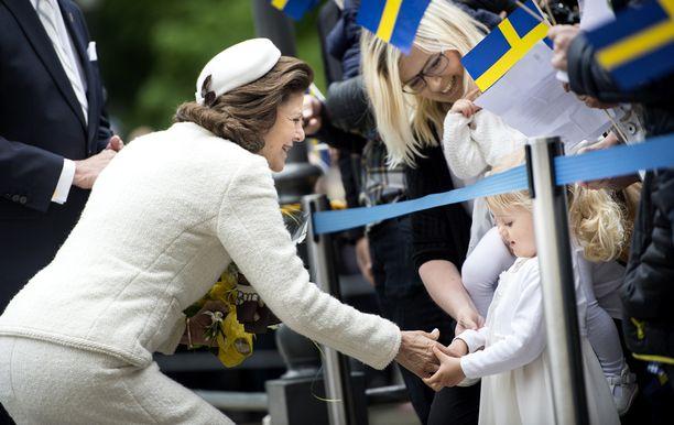 Kuningatar Silvia tervehti pientä kansalaista Örebrossa.