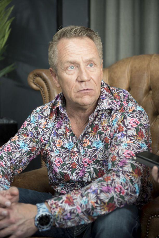 Olli Lindholm työstää parhaillaan uutta musiikkia Yö-yhtyeen kanssa.