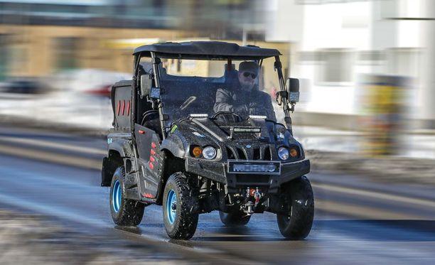 Traktorimönkkäreiden lupa ajaa moottoriteillä on herättänyt pahennusta. Uusi laki korjaa tilanteen, vaikka tosielämässä moottoriteillä ei ole mönkkäreitä nähty tähänkään saakka.
