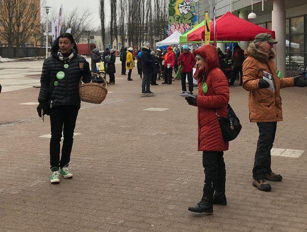 Myös Pirkka-Pekka Peteliuksen kihlattu Erika Skön (punainen takki) oli kampanjoimassa Myyrmäessä lauantaina.
