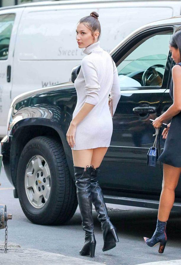 Malli Bella Hadidin ihastuttava asu näytti hupsulta, sillä kaunotar puki saappaat ja poolokauluksisen neulemekon New Yorkissa kesällä lämpötilan ollessa pitkälti yli hellelukemien.