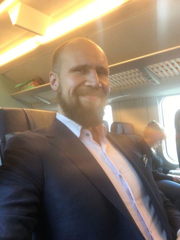 Touko Aalto otti Iltalehden pyynnöstä selfien junamatkalla Jyväskylästä Helsinkiin 29.4.2017.