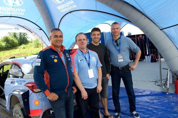 Hyundai-pomo Alain Penasse, Risto Knuutila, WRC-kuski Hayden Paddon ja Helmi-autopesulan ohjaaja Simo Ropo.