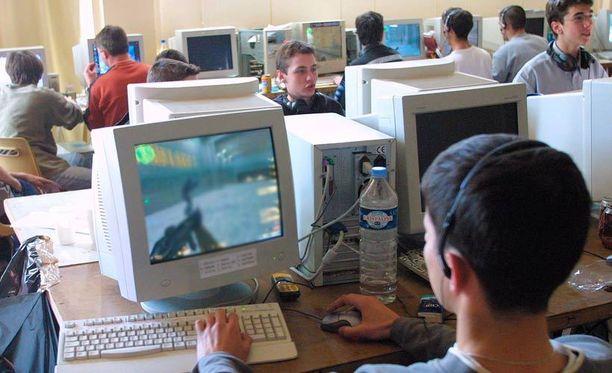 Tietokonepelit kasvattavat poikien englannin taitoja ja sanavarastoa.