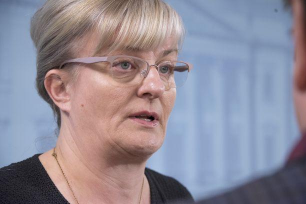Sosiaali- ja terveysministeri Pirkko Mattila (sin) lähetti pienituloisten oloja koskevan vastauksensa päätteeksi hyvät  jouluntoivotukset kaikille.