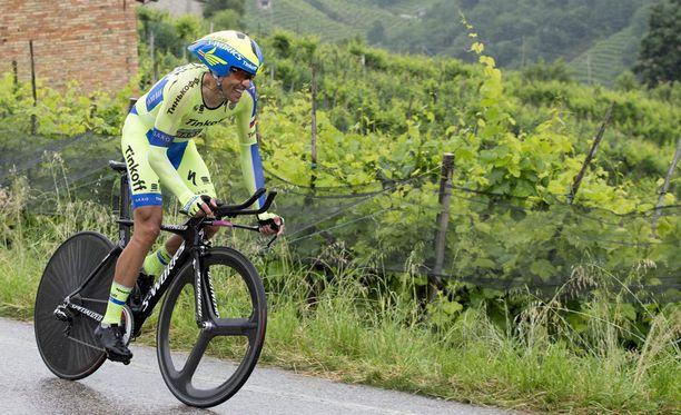 Alberto Contador Giroa lähes kahden ja puolen minuutin erolla.